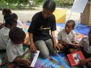 Dulce, the Alola Mobile Library teacher assists children during independent reading.